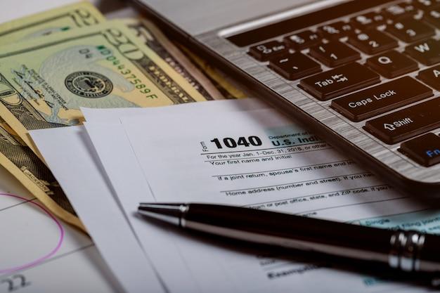 1040 us-steuerformular, geld und kalender mit us-dollar geld und computer Premium Fotos