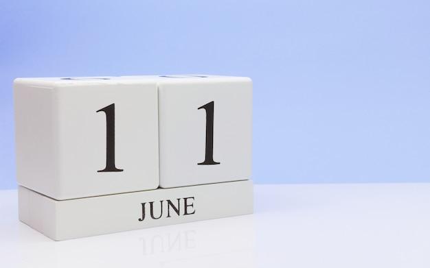 11. juni tag 11 des monats, täglicher kalender auf weißer tabelle Premium Fotos