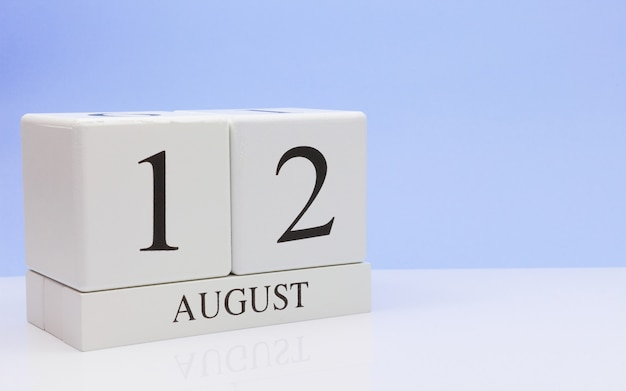 12. august tag 12 des monats, täglicher kalender auf weißer tabelle Premium Fotos