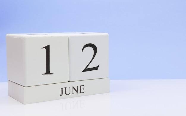 12. juni tag 12 des monats, täglicher kalender auf weißer tabelle Premium Fotos