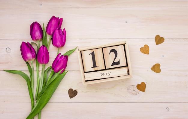 12. mai inschrift mit tulpen und herzen Kostenlose Fotos