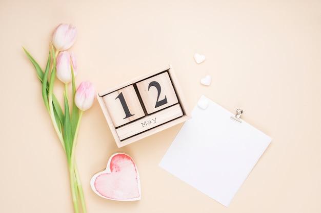 12. mai inschrift mit tulpen und papier Kostenlose Fotos