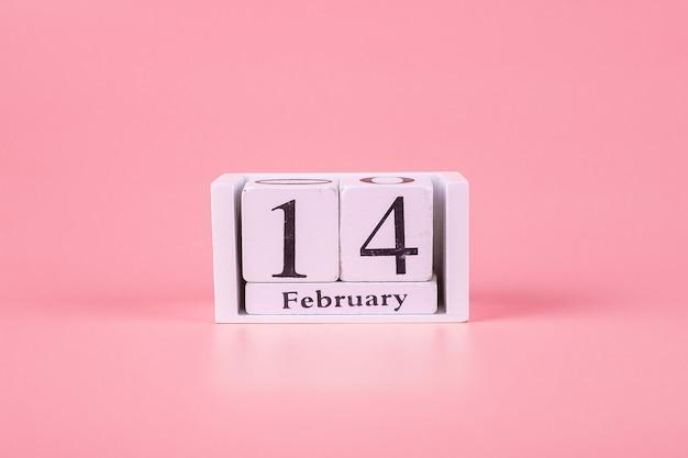 14. februar kalender auf rosa. liebe, hochzeit, romantik und happy valentine day urlaubskonzept Premium Fotos