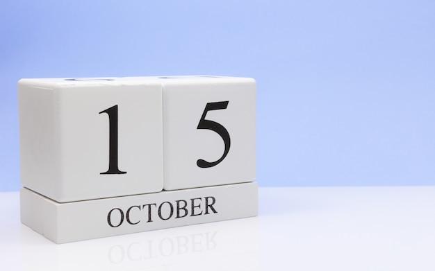 15. oktober tag 15 des monats, täglicher kalender auf weißer tabelle Premium Fotos