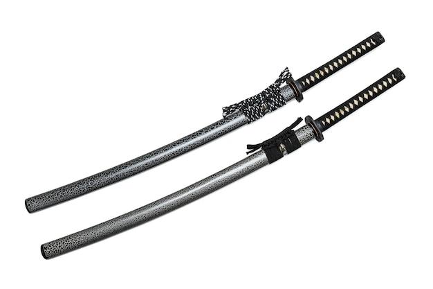 2 japanische klingen und scheide mit der schwarzen und zweifarbigen schnur lokalisiert auf weiß Premium Fotos