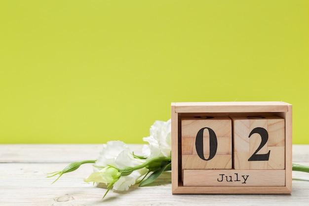 2 juli holz, quadratischer kalender. geschäftsreise- oder urlaubsplanung Premium Fotos