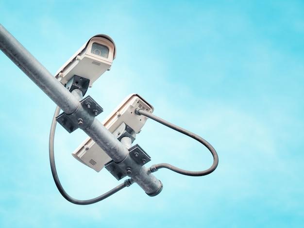 2 überwachungskameras auf einem hohen pfosten für öffentlichen schutz. Premium Fotos