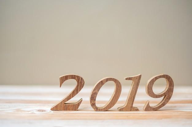 2019 frohes neues jahr mit braunen hölzernen nummer auf dem tisch Premium Fotos