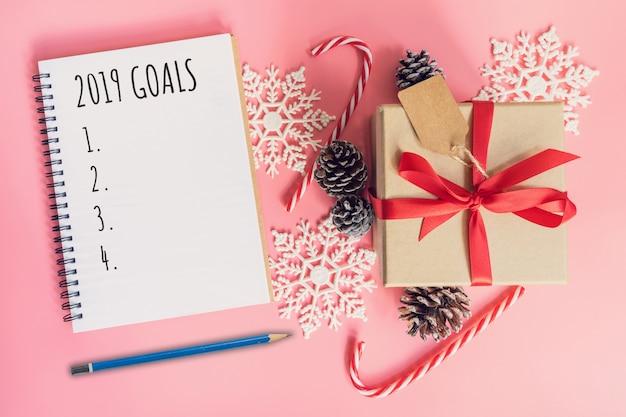 2019 ziele, draufsicht braune geschenkbox, notizbuch und weihnachtsdekoration für neues jahr Premium Fotos