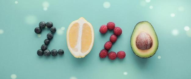 2020 gemacht vom gesunden lebensmittel auf pastellhintergrund Premium Fotos