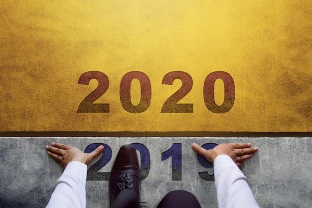 2020-jähriges konzept. draufsicht des geschäftsmannes auf der anfangslinie, bereit zur neuen geschäftsherausforderung Premium Fotos