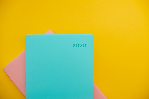 2020 notizblöcke auf einem gelben abstrakten hintergrund Premium Fotos
