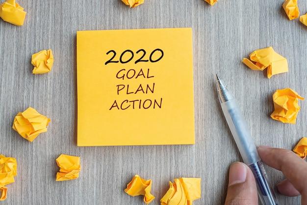 2020 ziel, plan und aktion auf gelbe note Premium Fotos