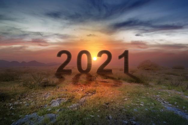 2021 auf dem feld mit sonnenaufgang himmel. frohes neues jahr 2021 Premium Fotos