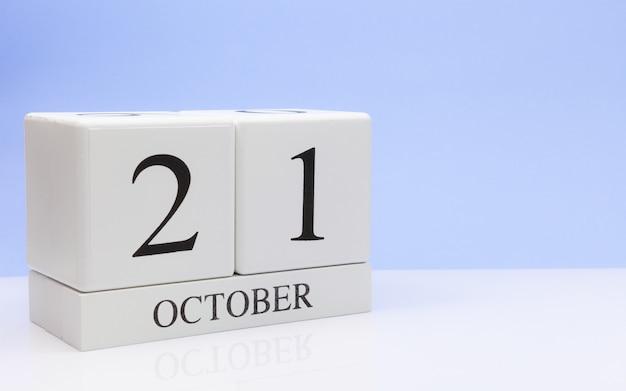 21. oktober tag 21 des monats, täglicher kalender auf weißer tabelle Premium Fotos