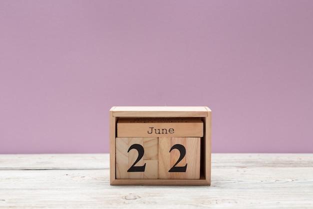 22. juni bild des hölzernen farbkalenders am 22. juni auf holztisch. sommertag Premium Fotos
