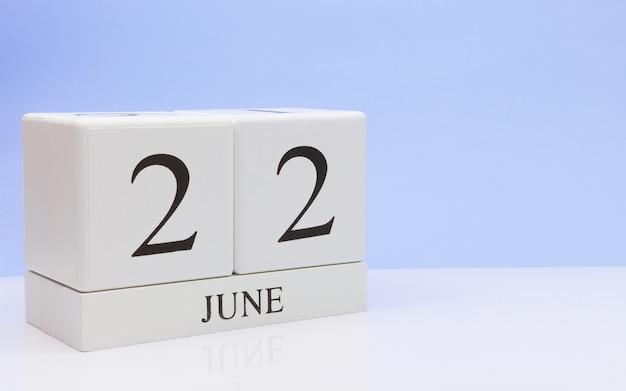 22. juni tag 22 des monats, täglicher kalender auf weißer tabelle Premium Fotos