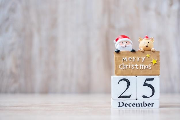 25. dezember kalender mit weihnachtsdekoration, schneemann, weihnachtsmann Premium Fotos