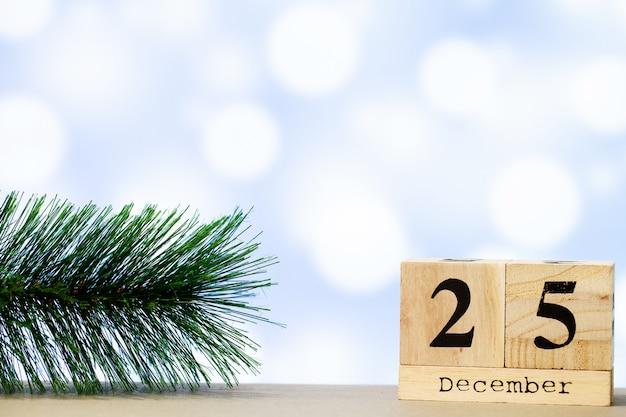 25. dezember und weihnachtsdekoration auf blauem hintergrund Premium Fotos