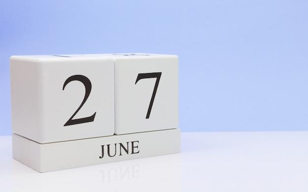 27. juni tag 27 des monats, täglicher kalender auf weißer tabelle Premium Fotos