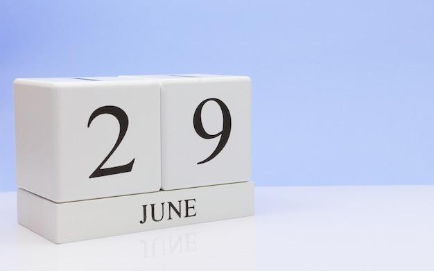 29. juni tag 29 des monats, täglicher kalender auf weißer tabelle Premium Fotos