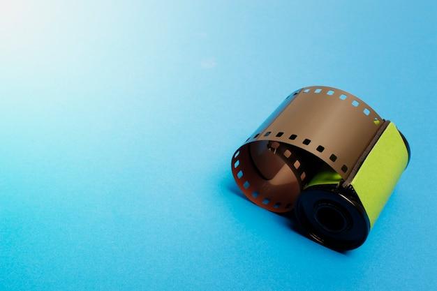 35mm film, kamera filmrolle auf blauem hintergrund. Premium Fotos