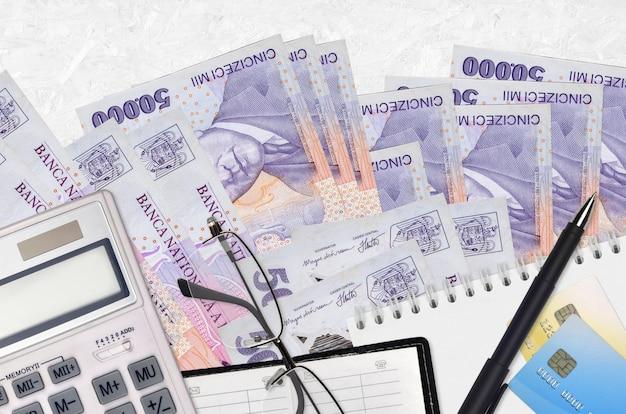50000 rumänische leu-rechnungen und taschenrechner mit brille und stift. steuerzahlungskonzept oder anlagelösungen. finanzplanung oder buchhaltungsunterlagen Premium Fotos