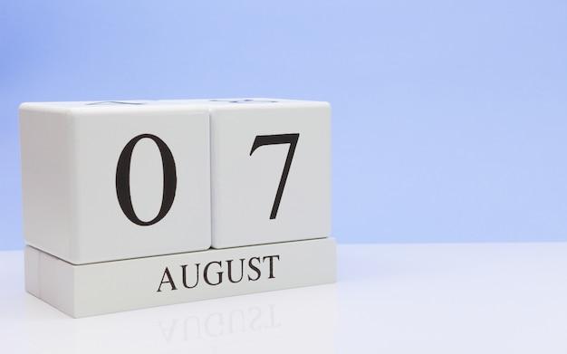 7. august tag 7 des monats, täglicher kalender auf weißer tabelle Premium Fotos