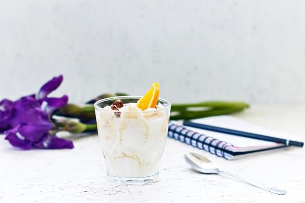 8. märz. frauentag. morgen. frühstück. blumen iris mit einem notizbuch und einem cremigen nachtisch Premium Fotos