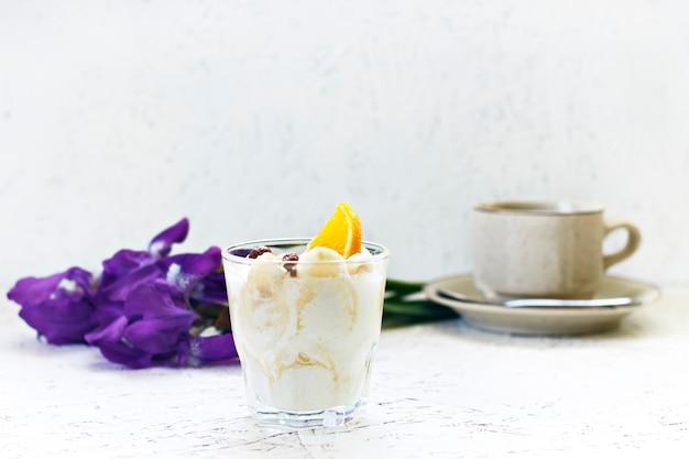 8. märz. frauentag. morgen. frühstück. blumen iris mit kaffee und sahnigem dessert. Premium Fotos