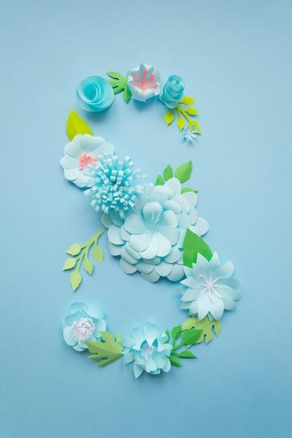 8. märz frauentagskarte mit blauen papierblumen Premium Fotos