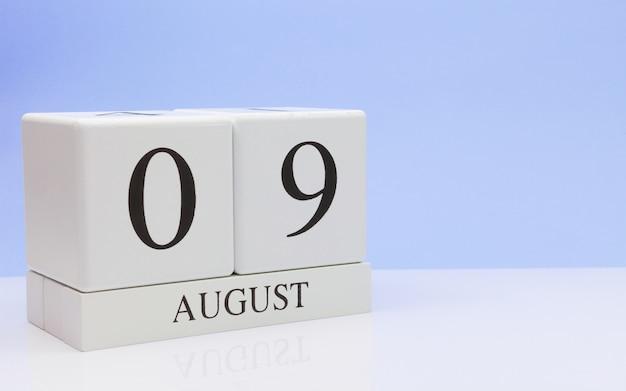 9. august tag 9 des monats, täglicher kalender auf weißer tabelle Premium Fotos