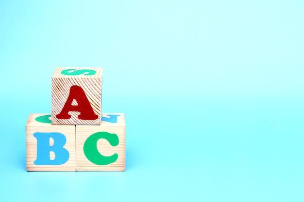 Abc-buchstaben auf holzspielzeugblöcken Premium Fotos