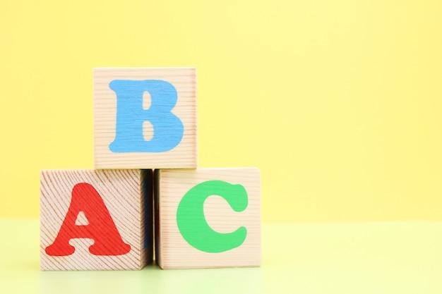 Abc - die ersten buchstaben des englischen alphabets auf hölzernen spielzeugwürfeln. Premium Fotos