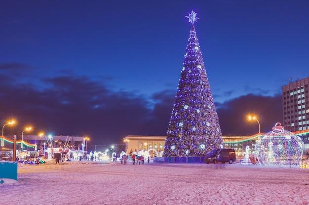 Abend auf dem stadtplatz mit einem weihnachtsbaum Premium Fotos