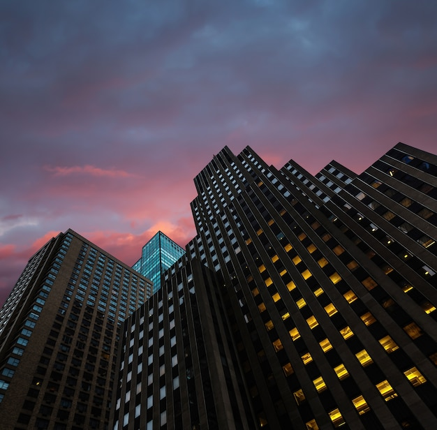 Abend in new york city. manhattan moderne architektur Premium Fotos