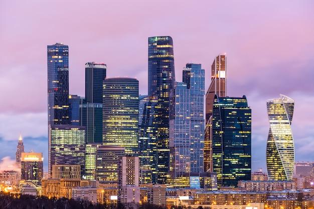 Abendansicht des moskau-internationalen geschäftszentrums moskau-stadt, russland. viele unternehmen und firmenhauptsitze sind hier ansässig. Premium Fotos