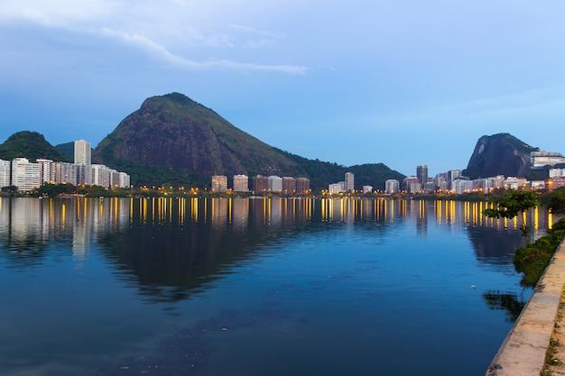 Abenddämmerung in der lagune rodrigo de freitas, in rio de janeiro. Premium Fotos