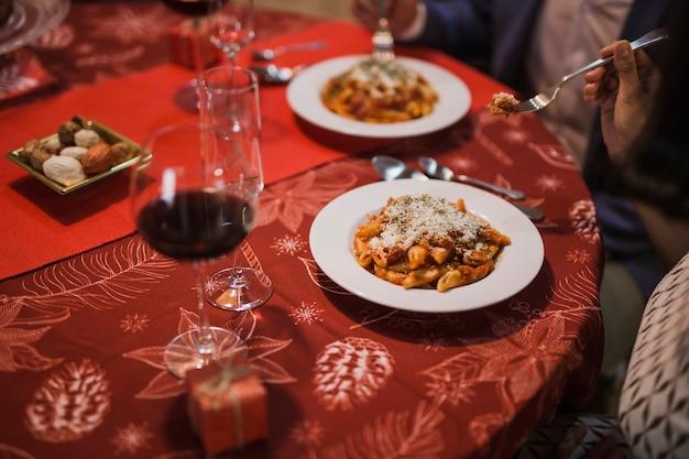 Abendessen mit weihnachtsdekoration Kostenlose Fotos
