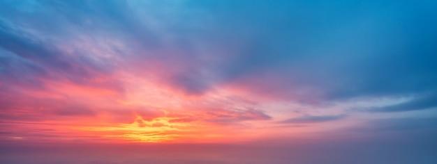 Abendhimmel und wolkenhintergrund Premium Fotos
