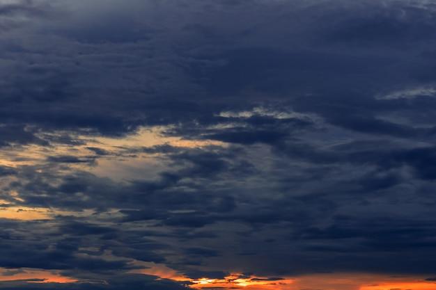Abendhimmel während der regenzeit. Premium Fotos