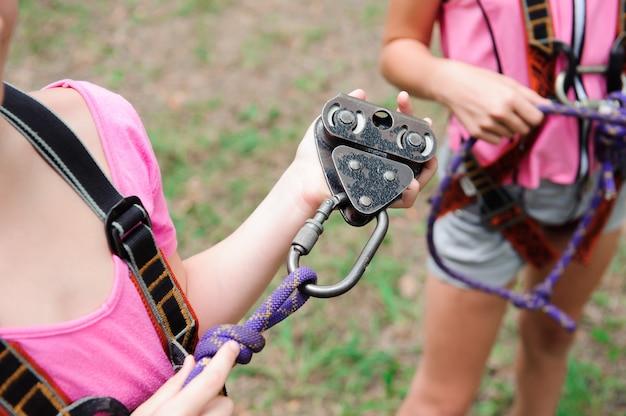 Abenteuer klettern hochseilgarten - wandern in seilpark zwei mädchen Premium Fotos