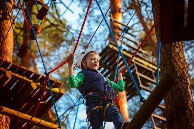 Abenteuer kletterpark Premium Fotos