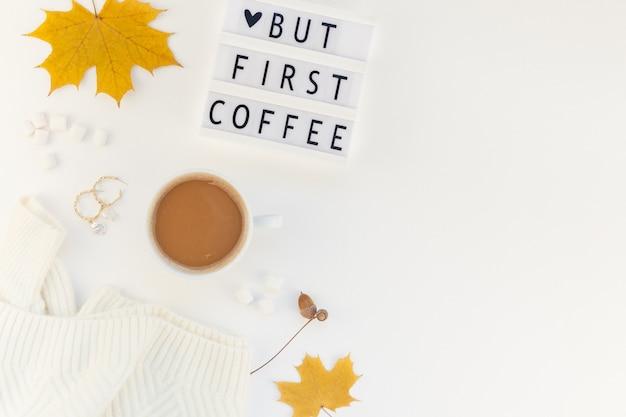 Aber zuerst kaffeetext auf lightbox mit kaffeetasse und weißem hintergrund Premium Fotos