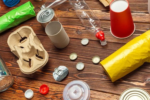 Abfallmaterialien papier, kunststoff, polyethylen Premium Fotos