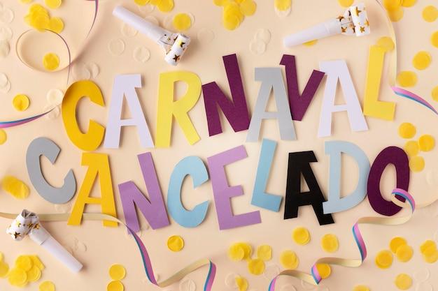 Abgebrochener karneval mit konfetti-draufsicht Kostenlose Fotos