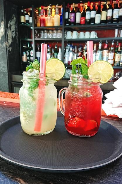 Abkühlendes cocktails mojito und erdbeere des sommers frisch im glas Premium Fotos