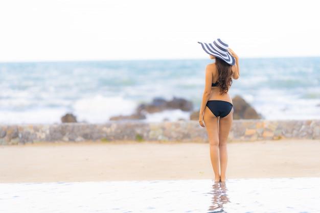 Abnutzungsbikini der schönen jungen asiatischen frau des porträts um swimmingpool im hotelerholungsort fast seeozeanstrand Kostenlose Fotos