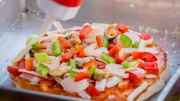 Abschluss, der pizza mit meeresfrüchte, garnele, schalentiere macht Premium Fotos