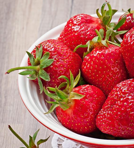 Abschluss oben der erdbeere auf holztisch Kostenlose Fotos